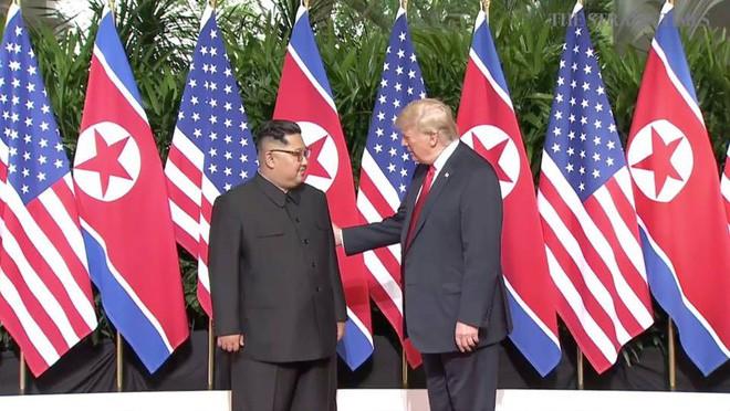 Nhiều lần bắt tay, ông Trump đều là người chủ động mời ông Kim nắm lấy tay mình - Ảnh 3.