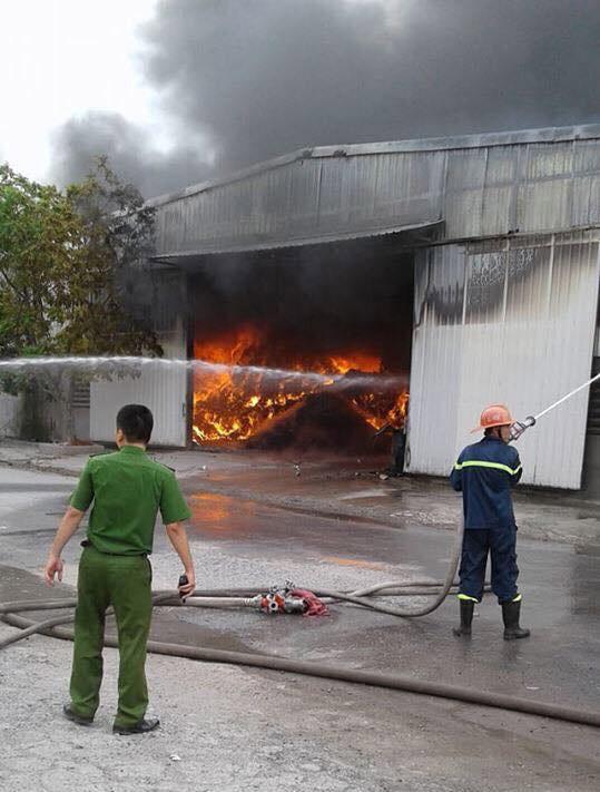 Cháy lớn tại nhà xưởng, cột khói đen bốc cao hàng trăm mét - Ảnh 8.