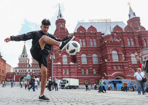 Tất cả đã sẵn sàng đón giờ G World Cup, CĐV tràn ngập Moscow cổ vũ đội tuyển - Ảnh 3.