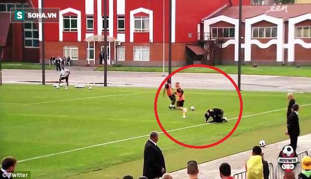 Suýt đạp gãy chân đồng đội từng khoác áo Man United, De Bruyne lạnh lùng quay lưng bỏ đi - Ảnh 1.