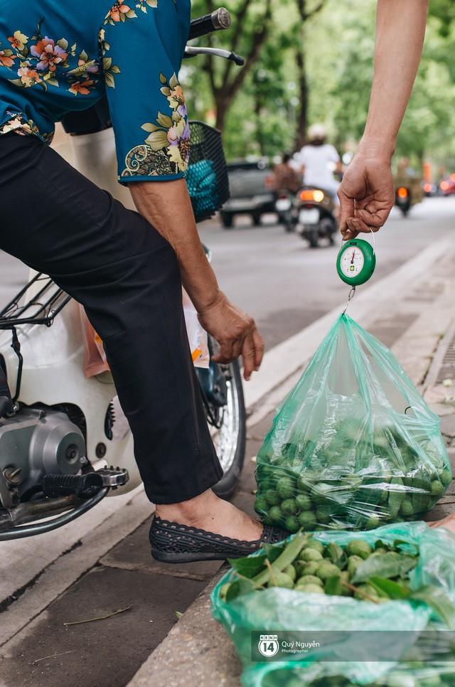 Mùa sấu về trên phố phường Hà Nội: Nhóm thợ đánh giày tranh thủ đổi nghề, kiếm tiền triệu mỗi ngày - Ảnh 1.