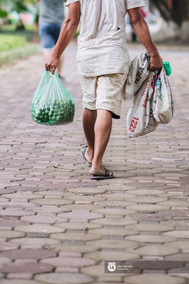 Mùa sấu về trên phố phường Hà Nội: Nhóm thợ đánh giày tranh thủ đổi nghề, kiếm tiền triệu mỗi ngày - Ảnh 2.
