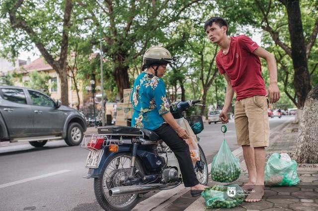 Mùa sấu về trên phố phường Hà Nội: Nhóm thợ đánh giày tranh thủ đổi nghề, kiếm tiền triệu mỗi ngày - Ảnh 11.