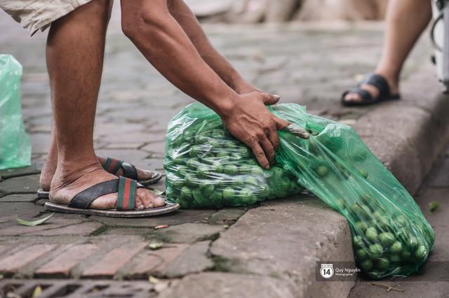 Mùa sấu về trên phố phường Hà Nội: Nhóm thợ đánh giày tranh thủ đổi nghề, kiếm tiền triệu mỗi ngày - Ảnh 3.