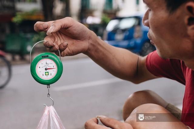 Mùa sấu về trên phố phường Hà Nội: Nhóm thợ đánh giày tranh thủ đổi nghề, kiếm tiền triệu mỗi ngày - Ảnh 4.