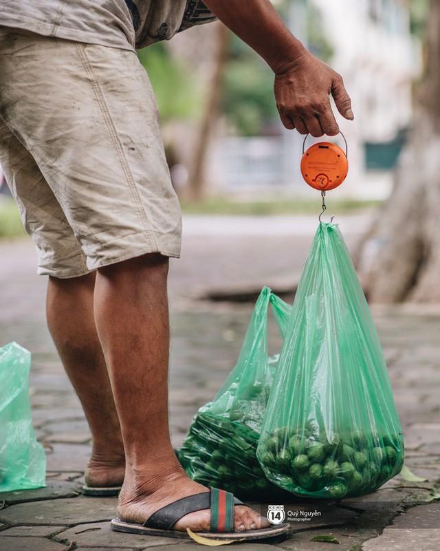 Mùa sấu về trên phố phường Hà Nội: Nhóm thợ đánh giày tranh thủ đổi nghề, kiếm tiền triệu mỗi ngày - Ảnh 5.