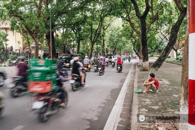 Mùa sấu về trên phố phường Hà Nội: Nhóm thợ đánh giày tranh thủ đổi nghề, kiếm tiền triệu mỗi ngày - Ảnh 6.