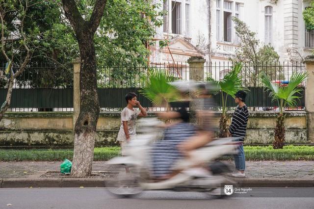 Mùa sấu về trên phố phường Hà Nội: Nhóm thợ đánh giày tranh thủ đổi nghề, kiếm tiền triệu mỗi ngày - Ảnh 7.