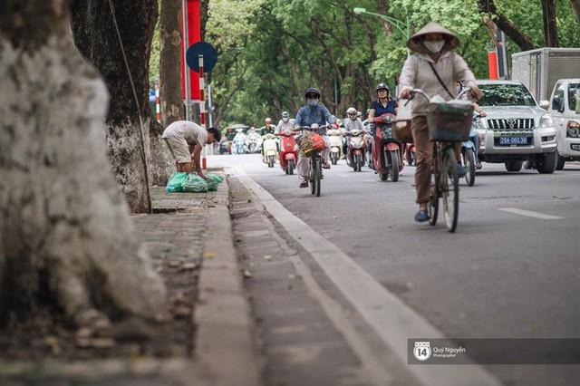 Mùa sấu về trên phố phường Hà Nội: Nhóm thợ đánh giày tranh thủ đổi nghề, kiếm tiền triệu mỗi ngày - Ảnh 8.