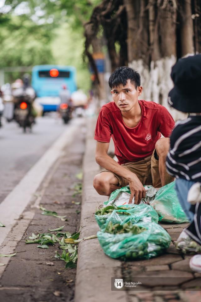Mùa sấu về trên phố phường Hà Nội: Nhóm thợ đánh giày tranh thủ đổi nghề, kiếm tiền triệu mỗi ngày - Ảnh 9.