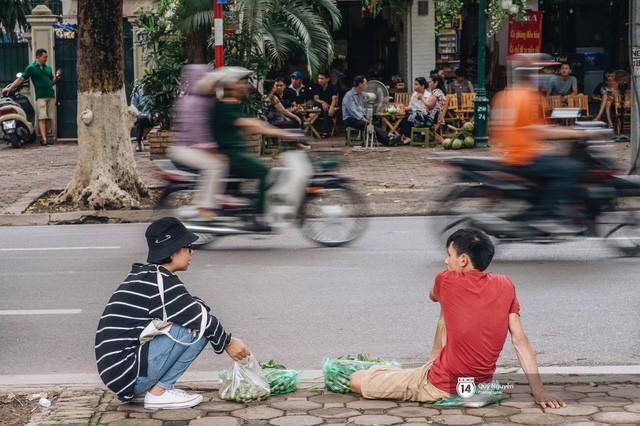Mùa sấu về trên phố phường Hà Nội: Nhóm thợ đánh giày tranh thủ đổi nghề, kiếm tiền triệu mỗi ngày - Ảnh 10.