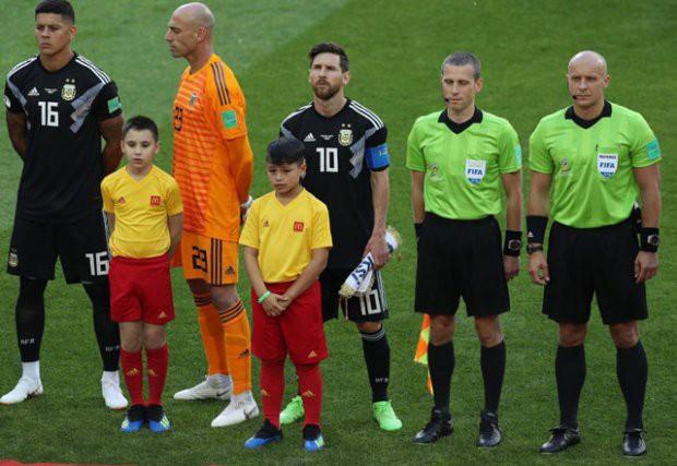 Vì sao thủ thành Argentina học theo Ronaldo, quay lưng lại với Messi khi hát quốc ca? - Ảnh 1.