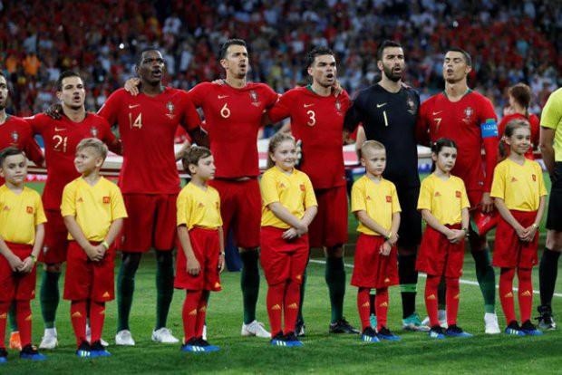 Vì sao thủ thành Argentina học theo Ronaldo, quay lưng lại với Messi khi hát quốc ca? - Ảnh 2.