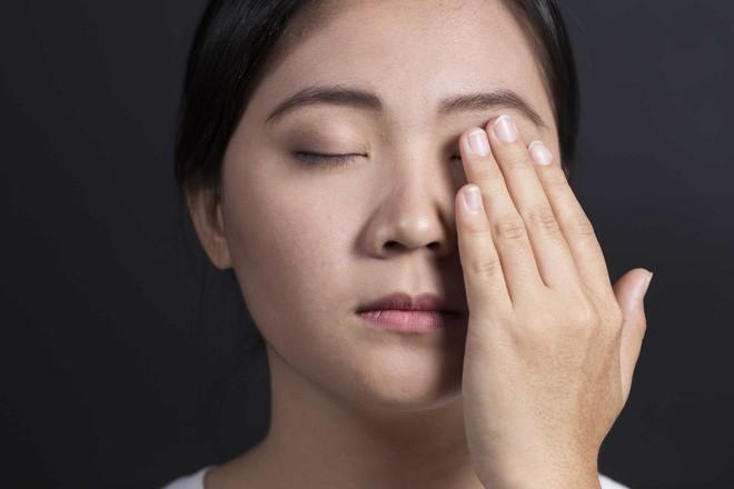 Sơ cứu khi bị dị vật rơi vào mắt, tránh nhiễm trùng mắt cũng như nguy cơ mù lòa - Ảnh 1.