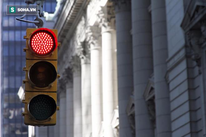 Ô tô dừng đèn đỏ có nên tắt máy hay không? - câu trả lời bất ngờ của kỹ sư Lê Văn Tạch - Ảnh 1.