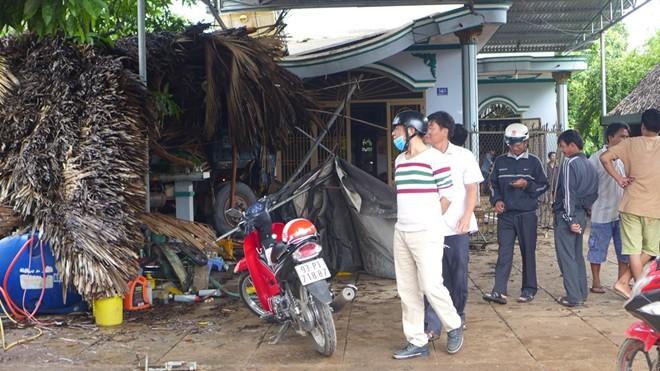 Xe tải tông quán cà phê, nhiều khách may mắn thoát chết  - Ảnh 1.