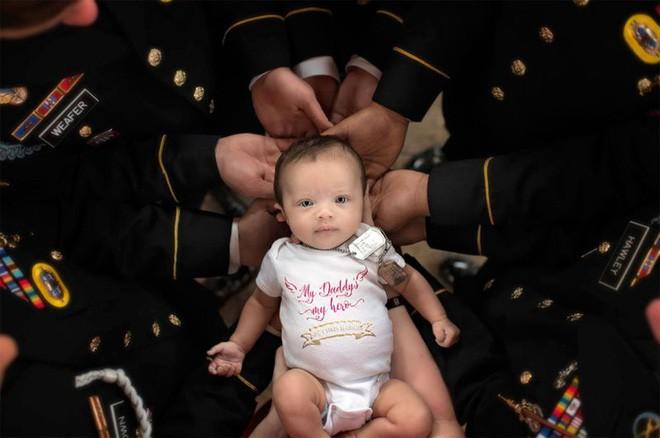 Bức ảnh bé gái được hàng chục người lính nâng đỡ và câu chuyện phía sau khiến mọi người rớt nước mắt - Ảnh 2.