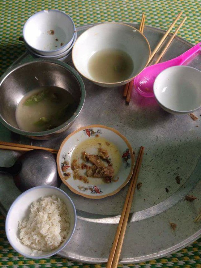 Dọn cơm xong thì con quấy đòi ngủ, đến lúc ra ăn, mẹ trẻ uất nghẹn khi nhìn mâm cơm cả nhà phần lại  - Ảnh 5.