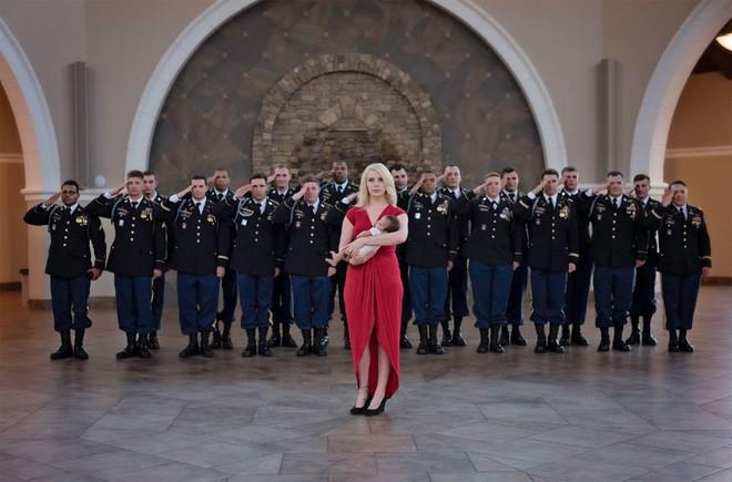 Bức ảnh bé gái được hàng chục người lính nâng đỡ và câu chuyện phía sau khiến mọi người rớt nước mắt - Ảnh 6.