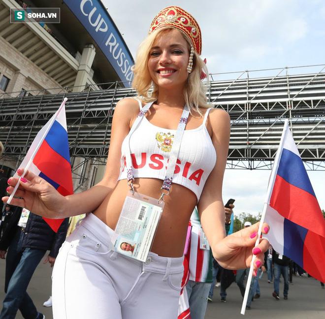 CĐV bàng hoàng khi nhận ra danh tính của fan nữ xinh đẹp nhất nước Nga nhờ thẻ World Cup - Ảnh 1.