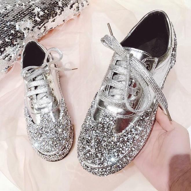 Đặt giày nữ lấp lánh qua mạng, cô gái khóc thét khi nhận được đôi giày nam, còn bị shop lơ đẹp khi phản hồi về sản phẩm - Ảnh 2.