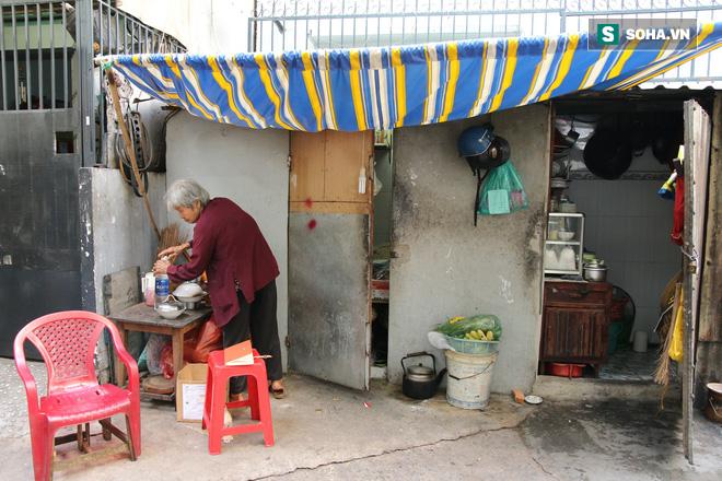 Cụ già bán chuối chiên nuôi chồng bại liệt: Có ít tiền thì sống theo cách của người ít tiền - Ảnh 1.