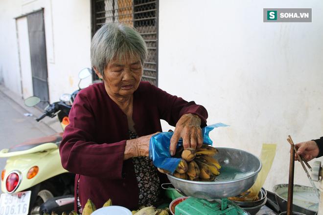 Cụ già bán chuối chiên nuôi chồng bại liệt: Có ít tiền thì sống theo cách của người ít tiền - Ảnh 8.