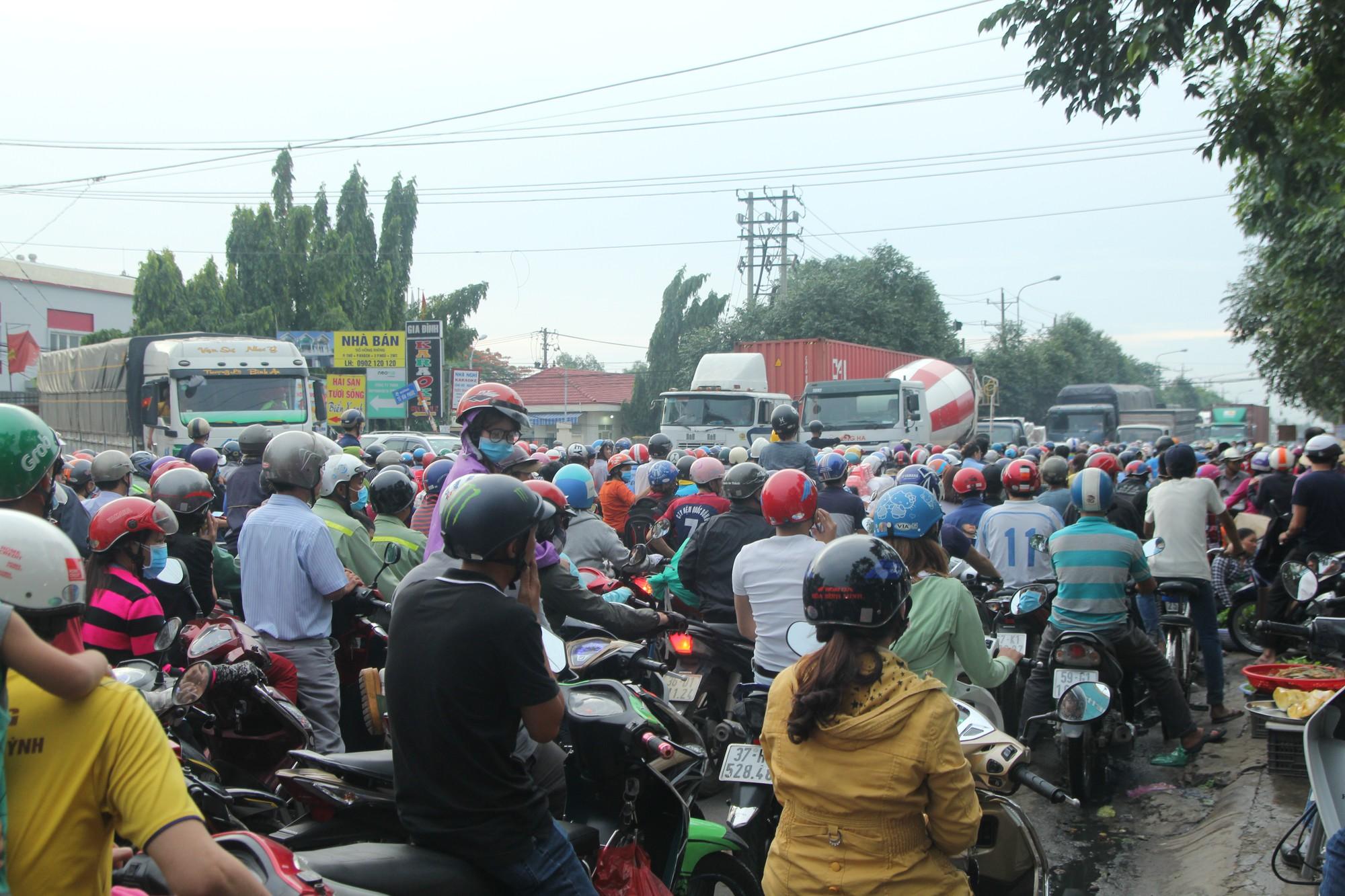 Hàng trăm phương tiện chôn chân trên đường, giao thông tê liệt - Ảnh 1.