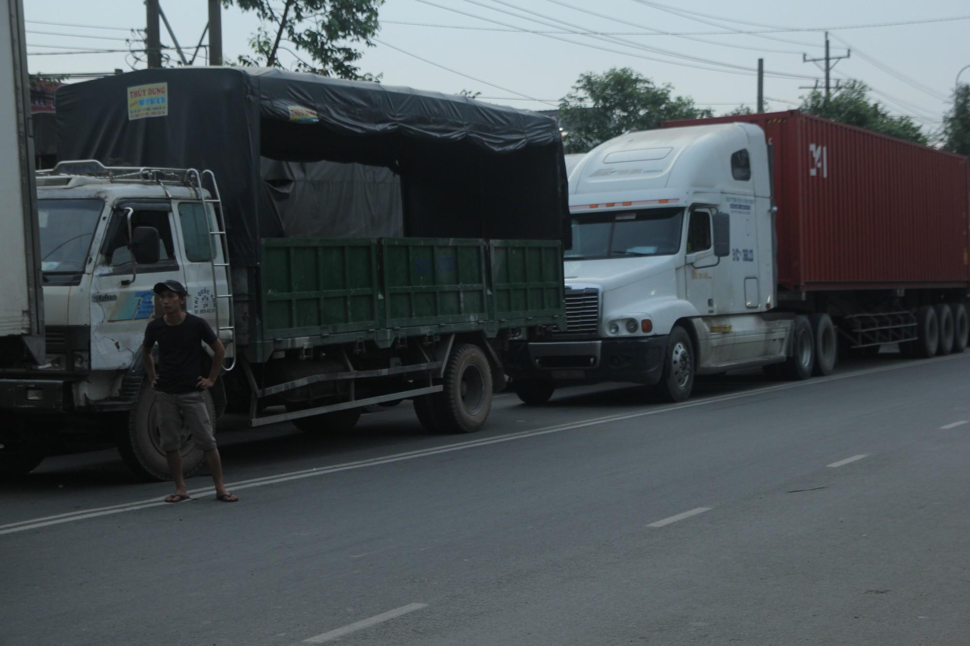 Hàng trăm phương tiện chôn chân trên đường, giao thông tê liệt - Ảnh 10.