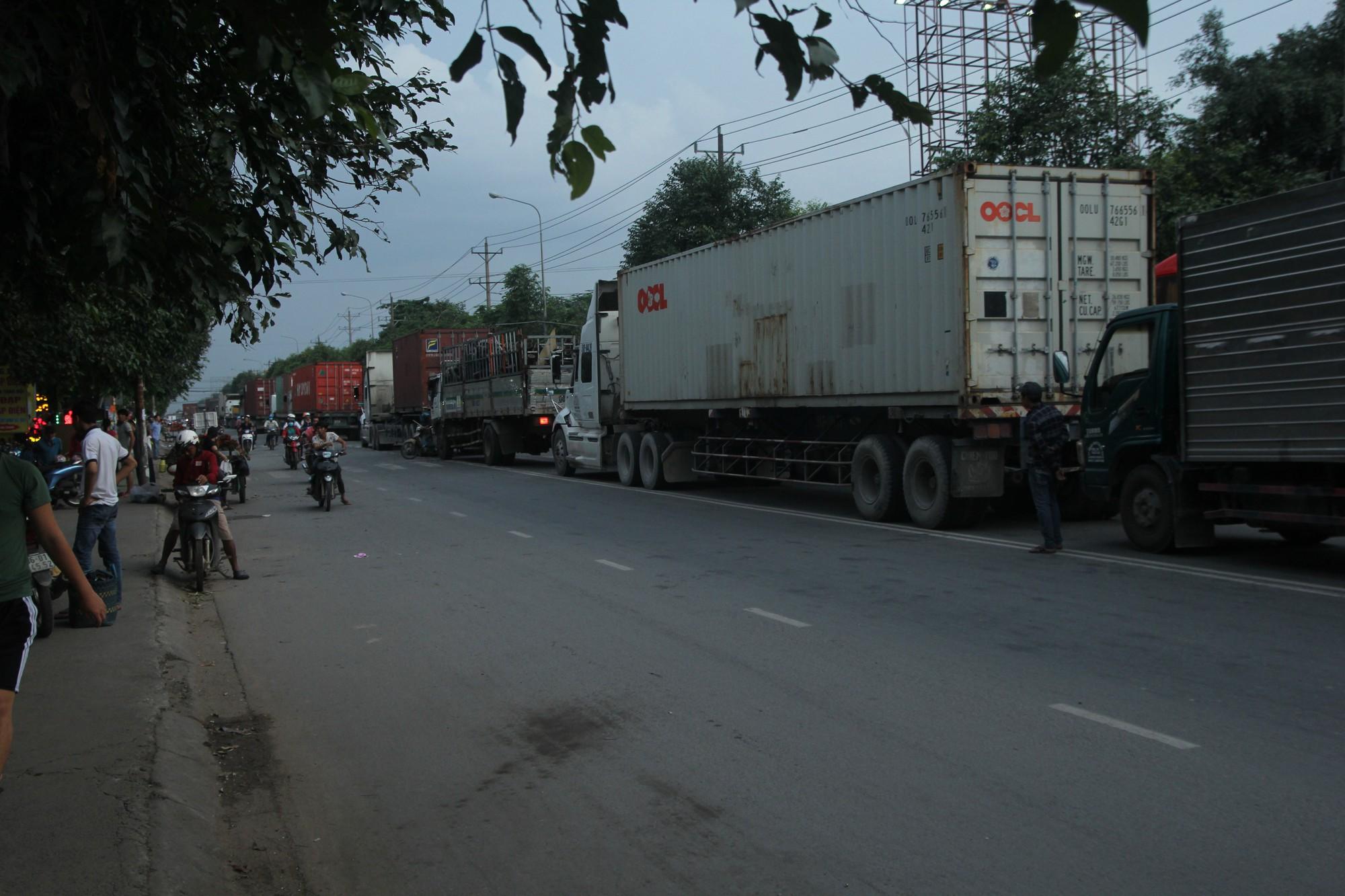 Hàng trăm phương tiện chôn chân trên đường, giao thông tê liệt - Ảnh 9.