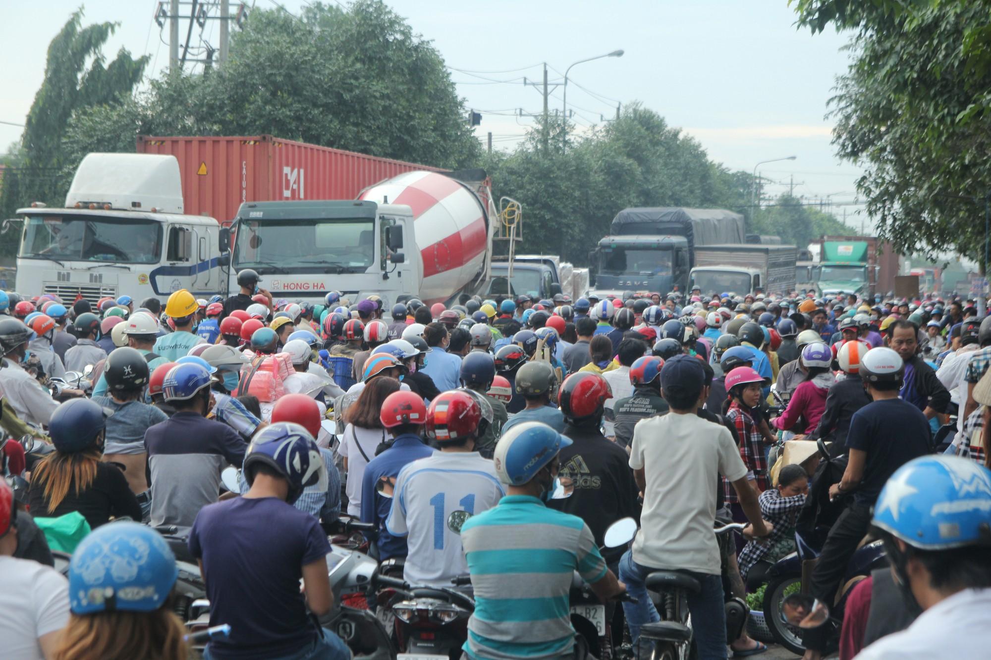 Hàng trăm phương tiện chôn chân trên đường, giao thông tê liệt - Ảnh 8.