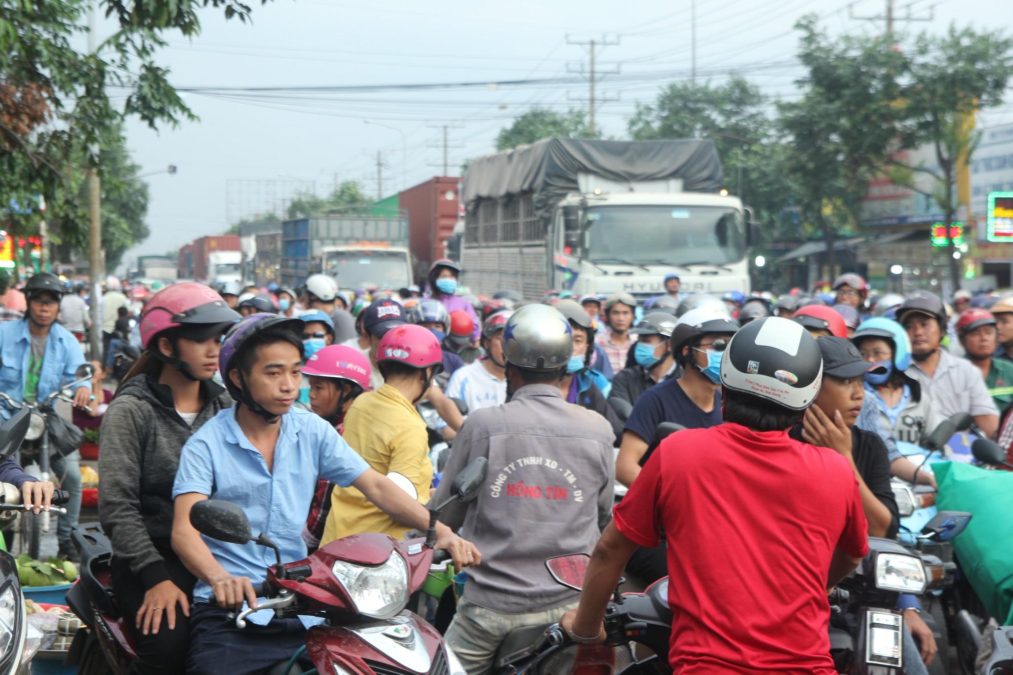 Hàng trăm phương tiện chôn chân trên đường, giao thông tê liệt - Ảnh 5.