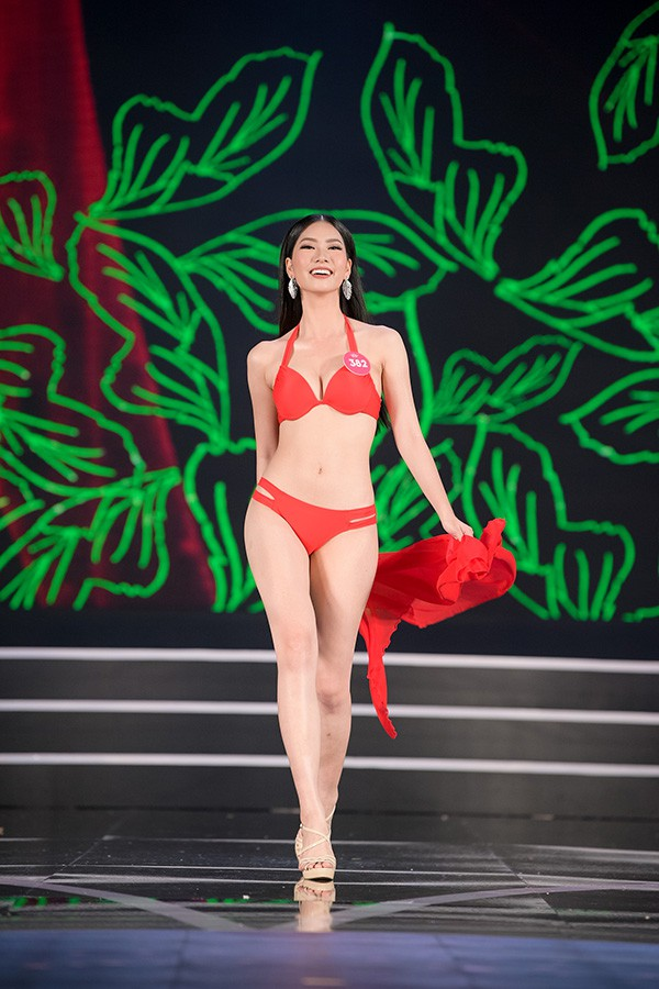 Chung khảo phía Nam Hoa hậu Việt Nam: Trưởng giám giảo vắng mặt, thí sinh nóng bỏng với bikini - Ảnh 15.