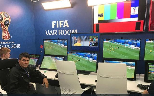 Công nghệ VAR đang góp phần giết chết thứ bóng đá cảm xúc - Ảnh 1.