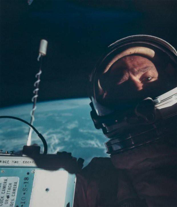 7 tấm hình selfie ấn tượng được thực hiện ngoài vũ trụ khiến ai cũng cảm thấy ghen tị - Ảnh 1.