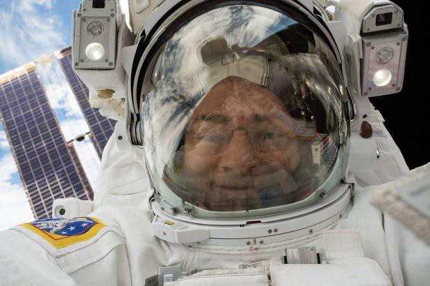 7 tấm hình selfie ấn tượng được thực hiện ngoài vũ trụ khiến ai cũng cảm thấy ghen tị - Ảnh 2.