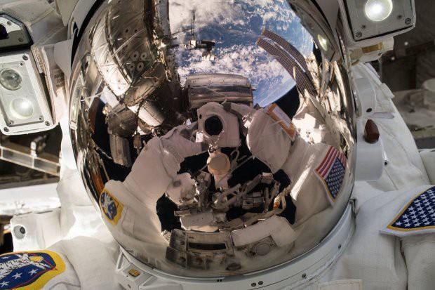 7 tấm hình selfie ấn tượng được thực hiện ngoài vũ trụ khiến ai cũng cảm thấy ghen tị - Ảnh 3.