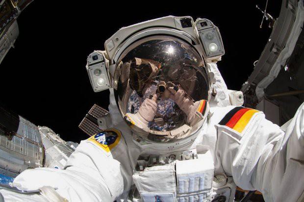 7 tấm hình selfie ấn tượng được thực hiện ngoài vũ trụ khiến ai cũng cảm thấy ghen tị - Ảnh 4.