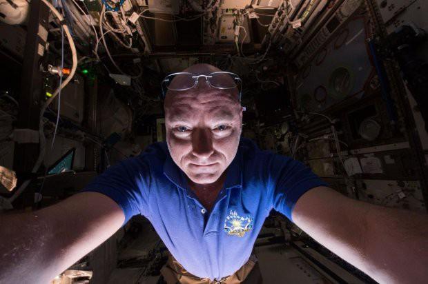 7 tấm hình selfie ấn tượng được thực hiện ngoài vũ trụ khiến ai cũng cảm thấy ghen tị - Ảnh 7.