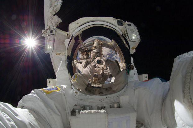 7 tấm hình selfie ấn tượng được thực hiện ngoài vũ trụ khiến ai cũng cảm thấy ghen tị - Ảnh 8.