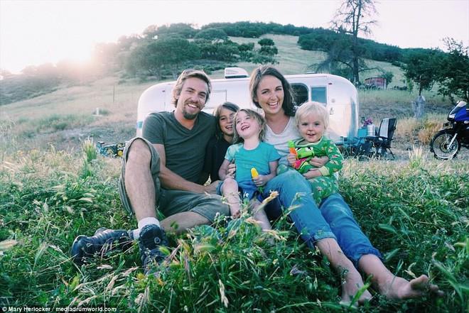 Từ bỏ nhà gạch đủ tiện nghi, gia đình 5 người sống trong một chiếc xe và đi khắp nơi vì quá ngán ngẩm cuộc sống hối hả - Ảnh 1.