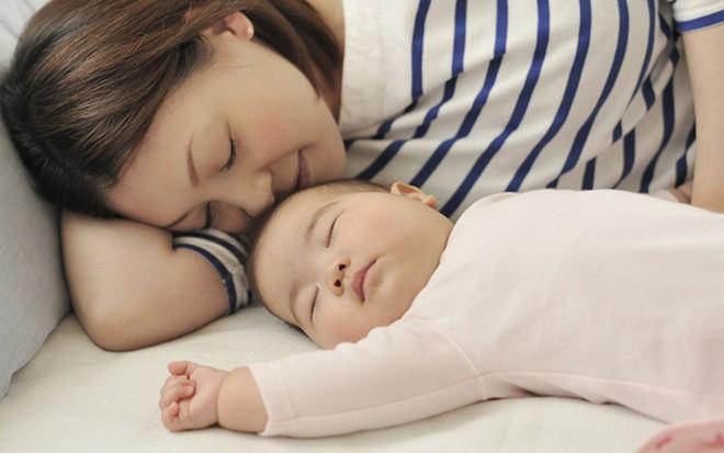 Bất cứ ai ngủ với trẻ trước 3 tuổi sẽ quyết định tính cách cả đời của chúng, các mẹ đừng xem nhẹ! - Ảnh 1.
