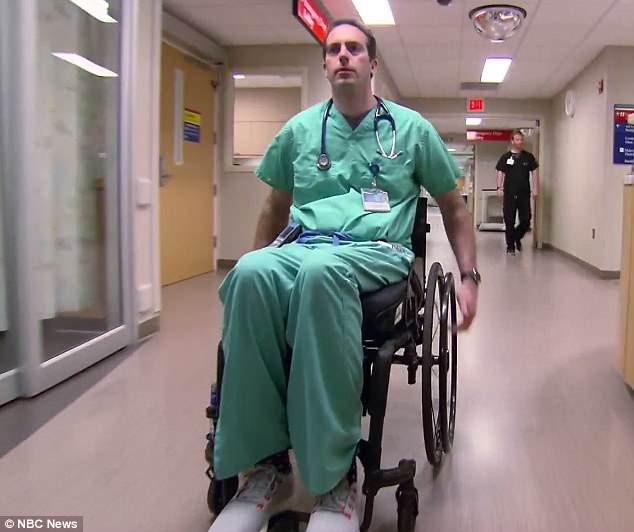 Bác sĩ phải ngồi xe lăn nhưng vẫn quyết trụ với nghề: Tôi hiểu nỗi đau của bệnh nhân - Ảnh 3.