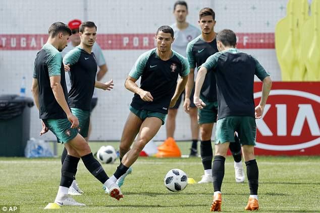 Cris Ronaldo cười không ngớt, tự tin khoe đùi trong buổi tập của Bồ Đào Nha - Ảnh 5.