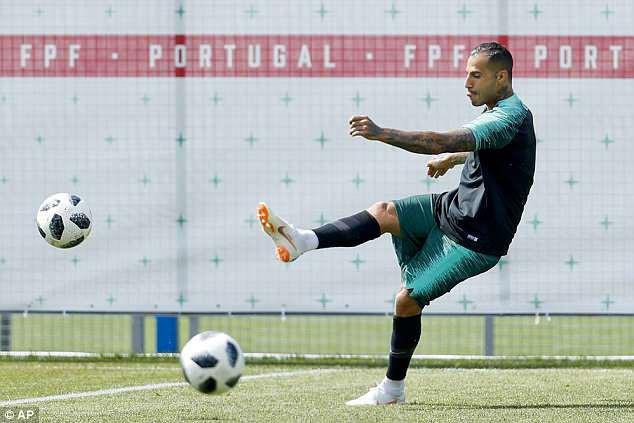 Cris Ronaldo cười không ngớt, tự tin khoe đùi trong buổi tập của Bồ Đào Nha - Ảnh 7.