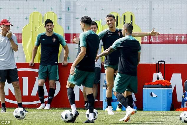 Cris Ronaldo cười không ngớt, tự tin khoe đùi trong buổi tập của Bồ Đào Nha - Ảnh 6.