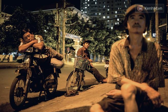 World Cup ở Sài Gòn dễ thương như cách chú Ba đem ti vi ra vỉa hè cho người lao động cùng xem - Ảnh 2.