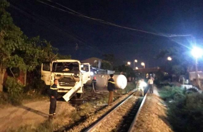 Tàu hỏa đâm văng xe bồn chở gas hàng chục mét trong đêm - Ảnh 2.