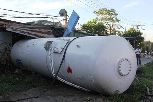 Tàu hỏa đâm văng xe bồn chở gas hàng chục mét trong đêm - Ảnh 3.