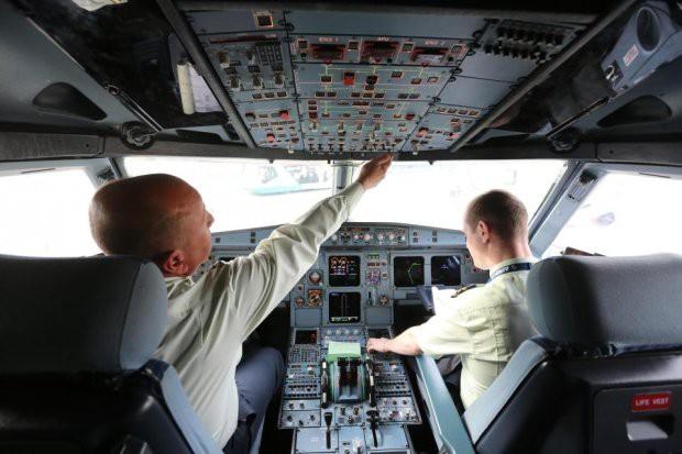 Chi phí đào tạo đắt đỏ và cuộc khủng hoảng thiếu phi công trên thế giới - Ảnh 1.